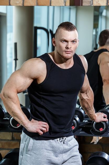 Aptitude. Bel Homme Dans La Salle De Gym Photo gratuit