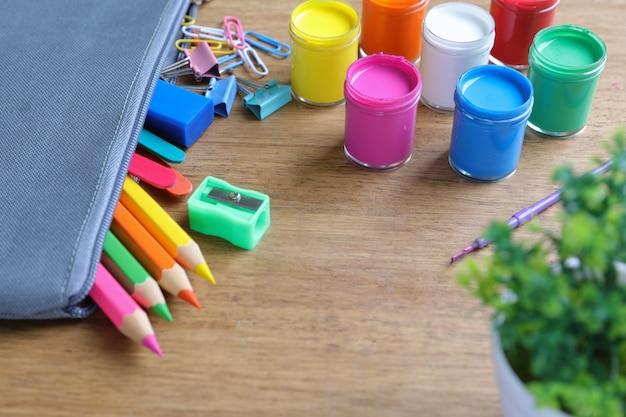 Aquarelle, pinceaux et crayons de couleur Photo gratuit