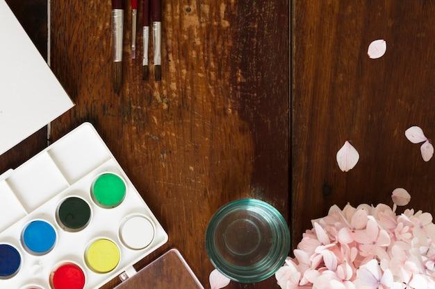 Aquarelle et pinceaux sur le lieu de travail Photo gratuit