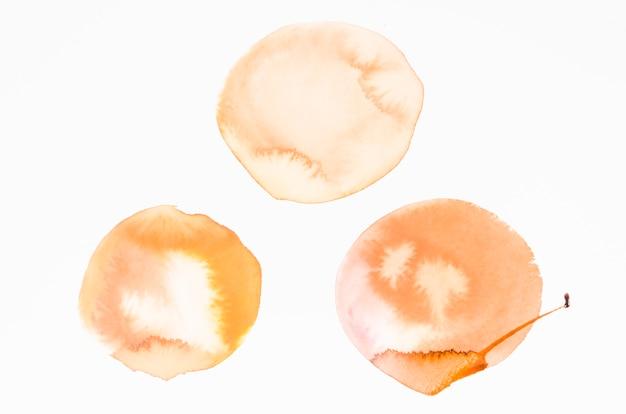 Une aquarelle de taches orange design texture sur fond blanc Photo gratuit