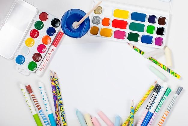 Aquarelles et crayons sur fond blanc. vue de dessus. espace de copie. Photo Premium