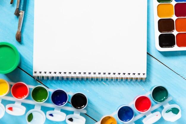 Aquarelles Et Gouache Pour La Créativité Des Enfants Sur Une Table Bleue. Copiez L'espace. Photo Premium