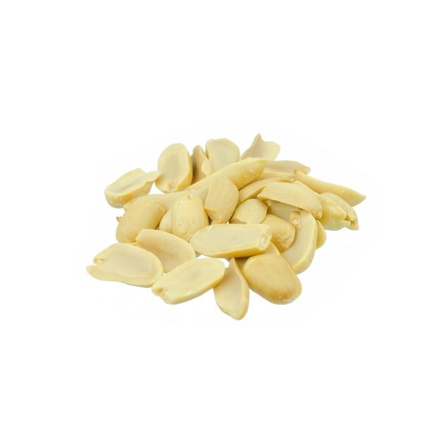 Arachides arrangées pelées et isolées sur blanc Photo Premium