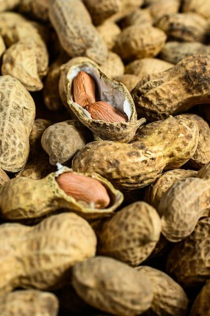 Arachides Dans Une Coquille. Arachide Crue Biologique. Photo Premium