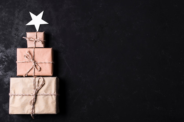 Arbre fabriqué à partir de cadeaux emballés avec espace de copie Photo gratuit