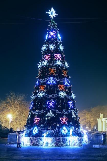 Arbre De Noël Bleu Estompé Avec Des Lumières Magiques Colorées Photo Premium