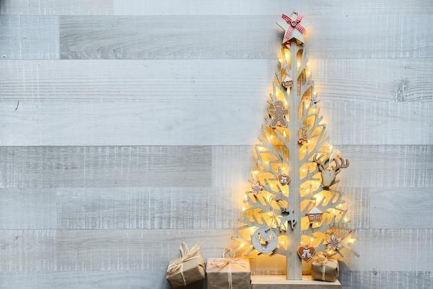 Arbre De Noël En Bois Avec Ornement De Décoration Naturelle Et Fond Sur La Vieille Planche De Bois Photo Premium