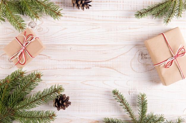 Arbre de noël, cadeaux et pommes de pin, fond. carte de voeux avec place pour le texte. Photo Premium