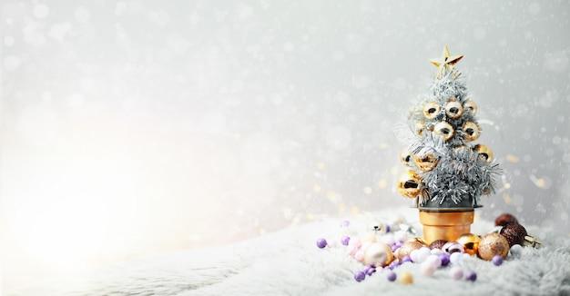 Arbre Noël, à, Coloré, Ornements, Sur, Ensoleillé, Hiver, Day., Joyeux Noël, Concept, Arrière-plan. Photo Premium