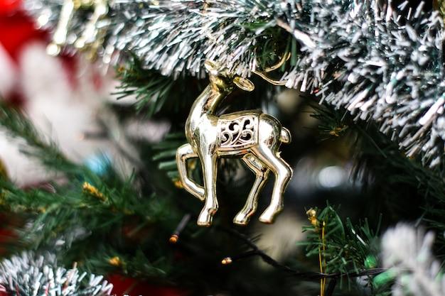 Arbre de noël de décoration sur fond flou. Photo Premium