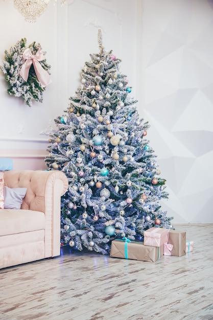Arbre De Noël Avec Des Décorations Et Des Cadeaux. Mise Au Point Sélective. Photo Premium