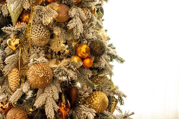 Arbre De Noël Décoré Avec Des Boules D'or Et Des Jouets Dans La Chambre Se Bouchent Photo Premium