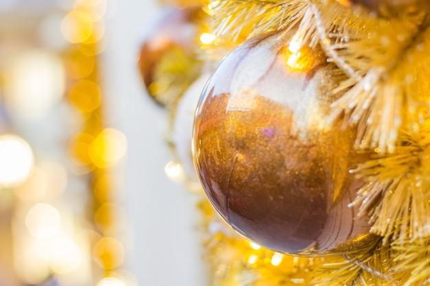 Arbre de noël décoré sur fond flou, pétillant et féerique Photo Premium