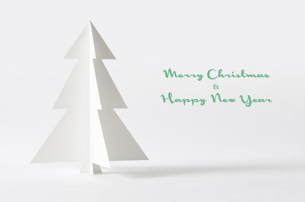 Arbre De Noël Isolé Sur Fond Blanc. Papier D'arbre De Noël. Photo Premium