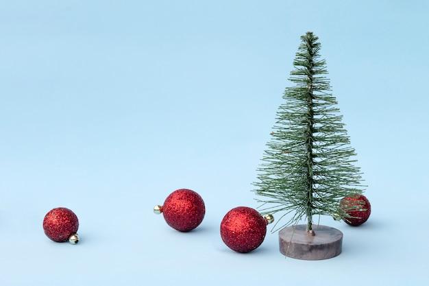 Arbre de noël, jouets d'ornements décoratifs sur fond clair Photo Premium