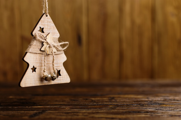 Arbre de noël à la main sur une table en bois. Photo Premium