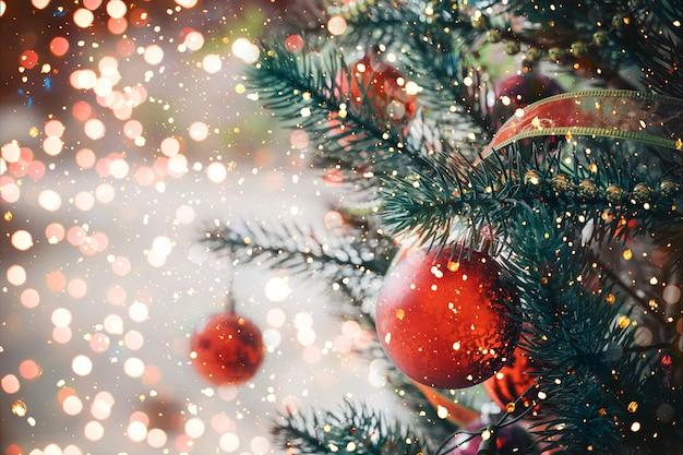 Arbre de noël avec ornement de boule rouge et décoration, lumière scintillante. fond de vacances de noël et du nouvel an. ton de couleur vintage. Photo Premium