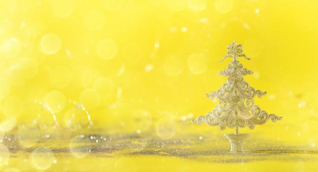 Arbre De Noël De Paillettes D'argent Sur Fond Jaune Avec Des Lumières Bokeh, Espace De La Copie. Photo Premium