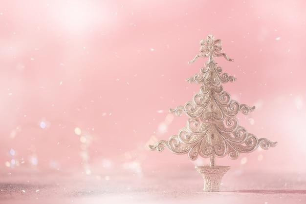 Arbre De Noël De Paillettes D'argent Sur Fond Rose Avec Des Lumières Bokeh, Espace De La Copie. Photo Premium