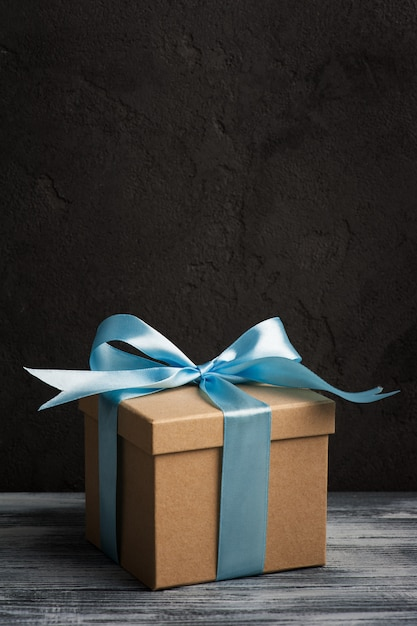 Arc bleu avec boîte à cadeaux faite main Photo Premium