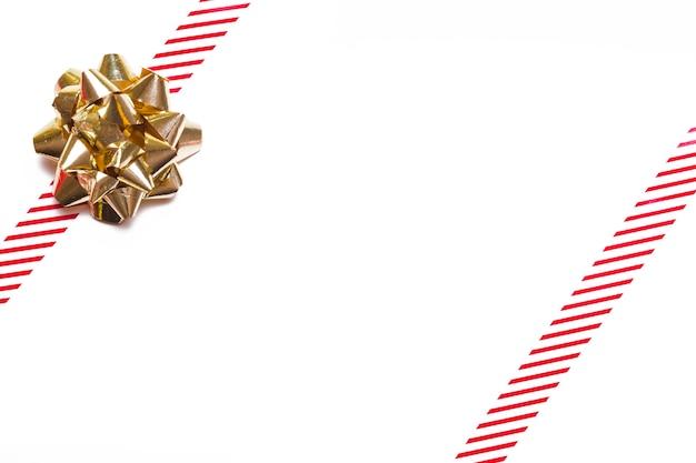 Arc cadeau or avec rubans sur table Photo gratuit