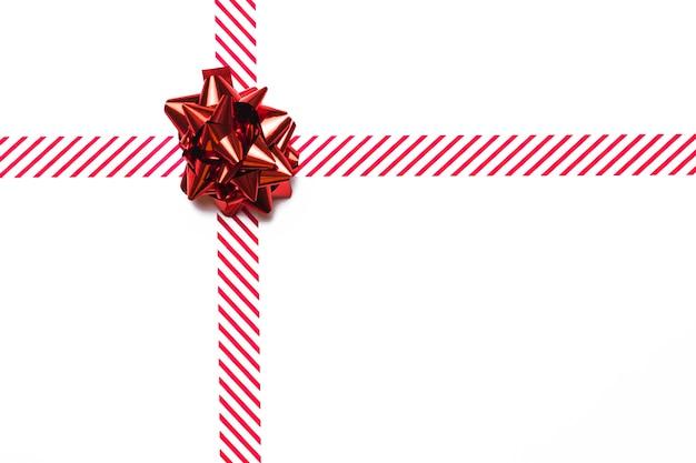 Arc Cadeau Rouge Brillant Avec Ruban Photo gratuit