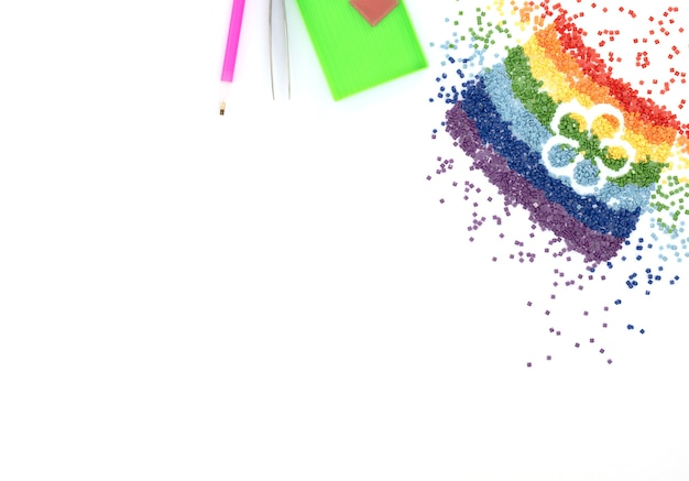 L'arc-en-ciel De Cristaux Colorés Avec Forme De Fleur, Pince à épiler, Stylet Et Plateau Pour Broderie Au Diamant, Mosaïque Sur Blanc Photo Premium