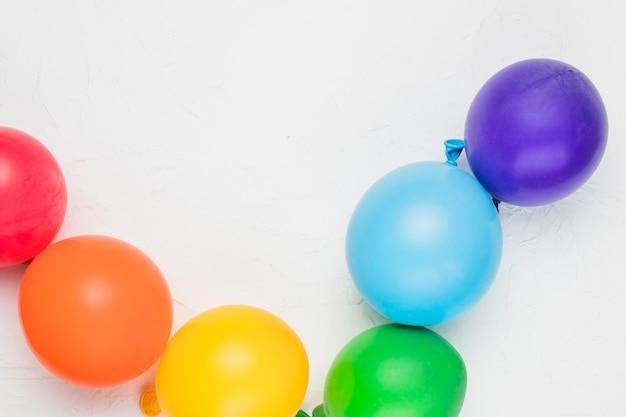 Arc-en-ciel lgbt composé de ballons colorés Photo gratuit