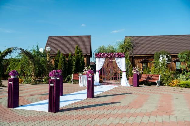Arc pour la cérémonie de mariage, décoré de tissu et de fleurs Photo Premium