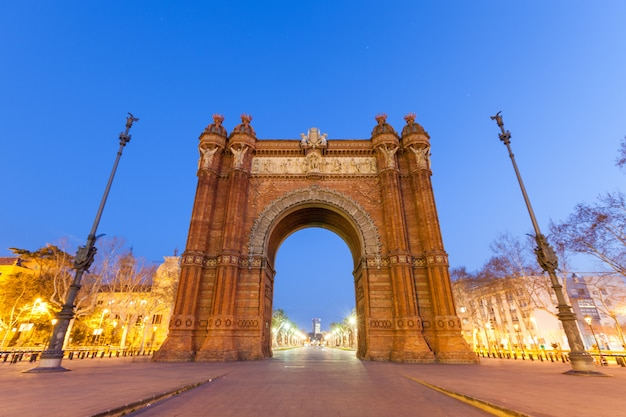 Arc de triomphe à barcelone la nuit Photo Premium