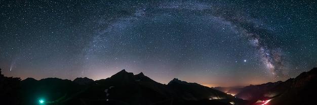 Arc De La Voie Lactée Et étoiles Dans Le Ciel Nocturne Au-dessus Des Alpes. La Comète Exceptionnelle Neowise Brille à L'horizon Sur La Gauche. Vue Panoramique, Photographie Astronomique, Observation Des étoiles. Photo Premium