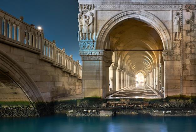 Arches Antiques Du Palais Des Doges Sur La Place Saint-marc à Venise, Italie Photo Premium