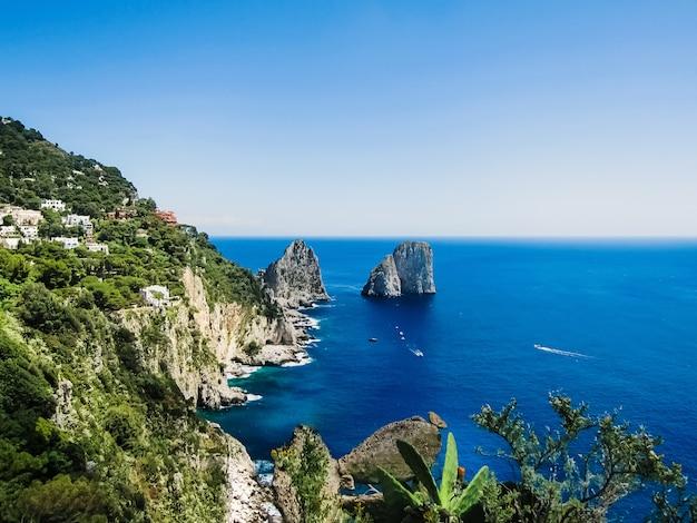 Arches rocheuses naturelles et falaises sur la côte de sorrente et capri, îles italiennes Photo Premium
