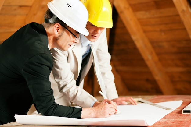 Architecte et ingénieur en construction discutant du plan Photo Premium