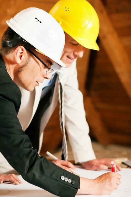 Architecte et ingénieur en construction discutant du plan Photo Premium