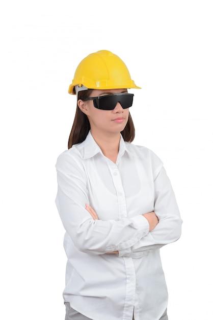 Architecte ou ingénieur look portrait intelligent avec les bras croisés. femme portant un casque protecteur Photo Premium