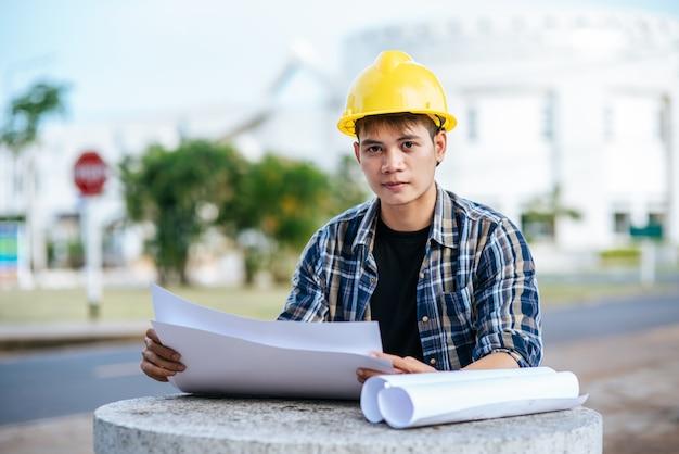 L'architecte S'est Assis Et A Inspecté Le Plan Du Bâtiment. Photo gratuit