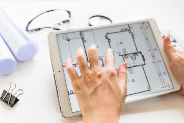 Architecte travaillant sur un projet de maison à table Photo gratuit