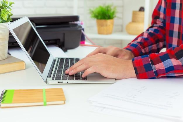 Architecte travaillant à son ordinateur portable au bureau Photo Premium