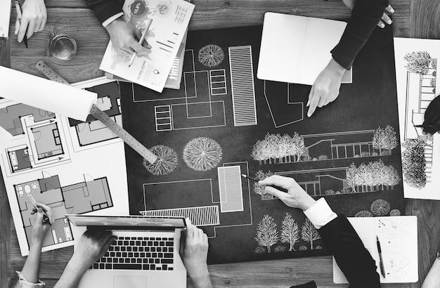 Architectes et designers travaillant au bureau Photo gratuit