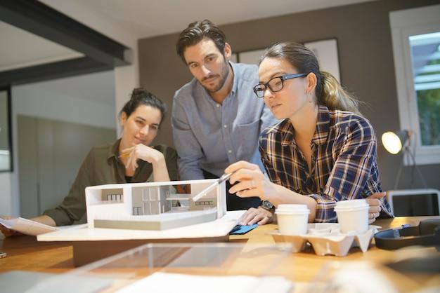 Architectes à la recherche de projet pour la maison moderne Photo Premium