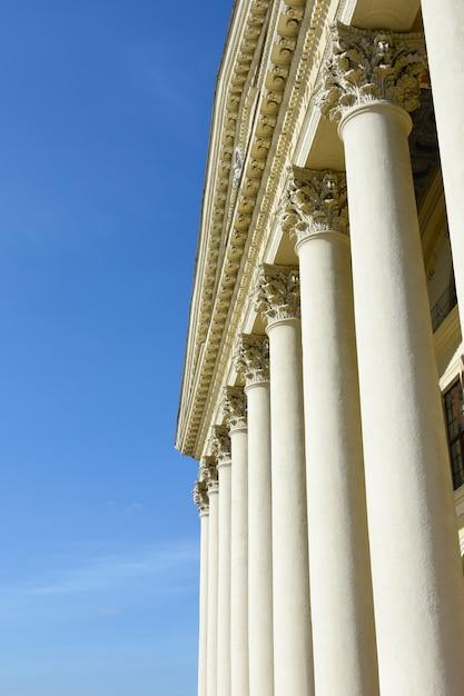 Architecture antique grecque et romaine. bâtiment historique avec des colonnes antiques Photo Premium
