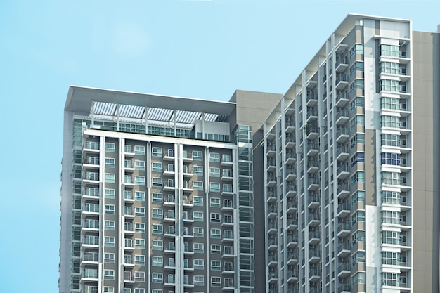 Architecture de coin de condo ou de skyscape sur fond de ciel bleu Photo Premium