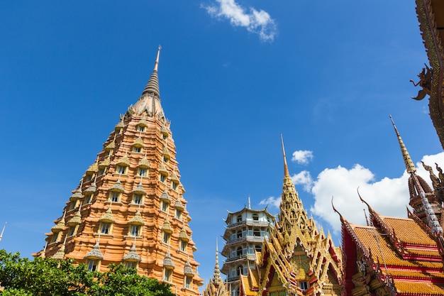 Architecture du temple thaïlandais, wat thum sua, province de kanchanaburi, thaïlande Photo Premium