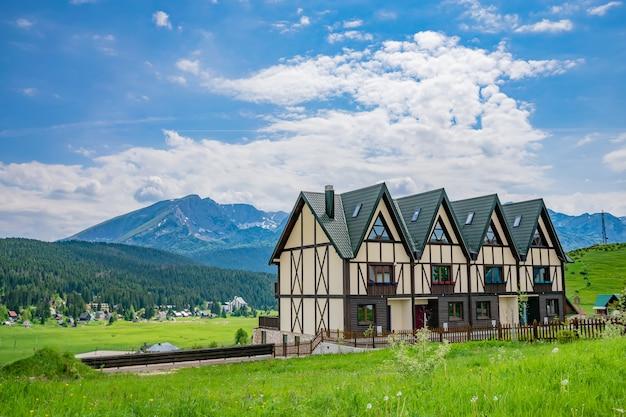 Architecture pittoresque dans un village de montagne. Photo Premium