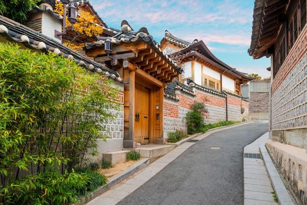 Architecture de style coréen traditionnel au village de bukchon hanok à séoul, en corée du sud. Photo Premium