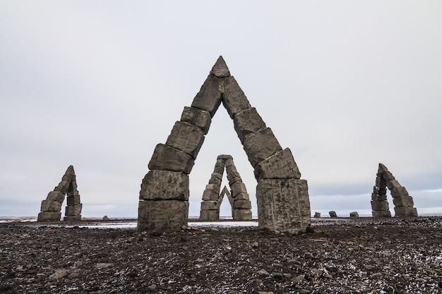 Arctic Henge Entouré D'un Champ Couvert De Neige Sous Un Ciel Nuageux En Islande Photo gratuit