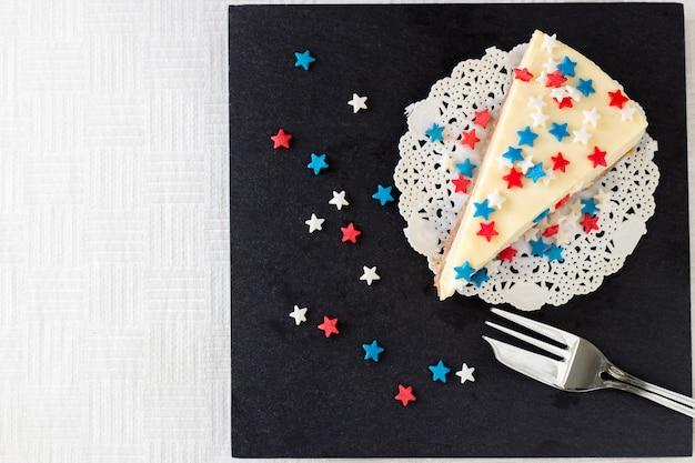 Une ardoise en ardoise au gâteau au fromage new york servie pour la célébration du 4 juillet aux etats-unis. Photo Premium