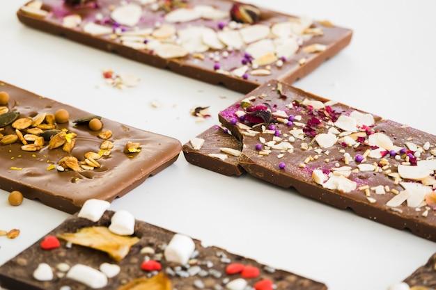 Ardoise au chocolat avec garnitures isolées sur fond blanc Photo gratuit