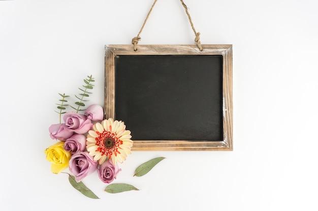 Ardoise vierge avec de belles fleurs Photo gratuit